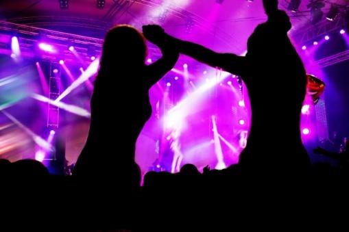 mujeres-bailando-en-un-concierto_1160-709